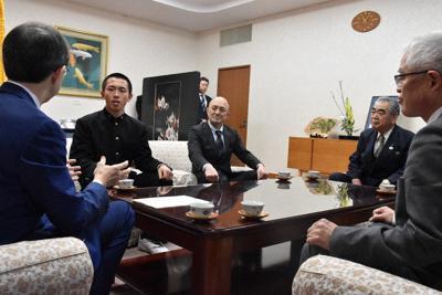 内堀知事(左)と懇談する磐城の岩間主将、木村監督ら=福島県庁で