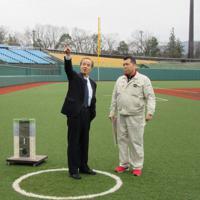 球場関係者から説明を受ける松本光弘警察庁長官(左)=福島市の県営あづま球場で