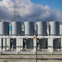 汚染水から取り除いた放射性物質による汚染ごみの保管設備=東京電力福島第1原発で1月21日、吉田航太撮影