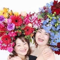 「50歳の記念に!」と愛知県から来店した島浦和代さん(左)と奥村千恵さん。通常の4倍の花を使用して華やかに「発芽」した=大阪府八尾市で、梅田麻衣子撮影