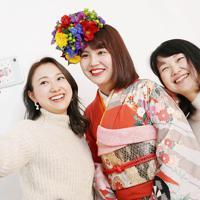 母親の若狭広子さん(右)、姉の幸歩さん(左)と一緒に笑顔で自撮りをする和歩さん=大阪府八尾市で、梅田麻衣子撮影