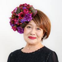 紫色のカーネーションをメインに選び、遺影用に撮影する西本美枝子さん=大阪府八尾市で、梅田麻衣子撮影