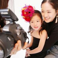 スタジオで画像を母親の石井舞さん(右)と見る杏奈ちゃん=大阪府八尾市で、梅田麻衣子撮影