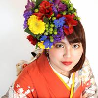 母親が成人式で着用した振り袖を着て撮影する若狭和歩さん=大阪府八尾市で、梅田麻衣子撮影
