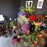 たくさんの色鮮やかな花。この中から自分の好きな花を一輪選ぶ=大阪府八尾市で、梅田麻衣子撮影