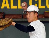 投球練習をする鳥取城北の田渕洋介=鳥取市で、幾島健太郎撮影