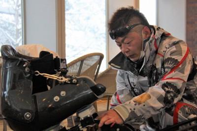 平昌冬季パラリンピックに向けてアルペンスキーの狩野亮の合宿でチェアスキーを調整する中島博光さん。手前左はシート=北海道富良野市で2017年12月27日午前8時53分、谷口拓未撮影