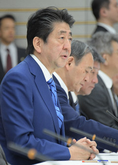 Prime Minister Shinzo Abe announces the government's plan to ask all schools in Japan to cancel classes from March 2 until spring break amid the spread of the new coronavirus in the country, during a meeting of the coronavirus task force headquarters at the prime minister's office in Tokyo, on Feb. 27, 2020. (Mainichi/Masahiro Kawata)