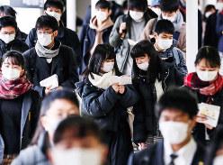 マスク姿で大学入試会場に向かう受験生