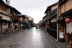 京都の観光名所、祇園・花見小路通りも休日ながら閑散