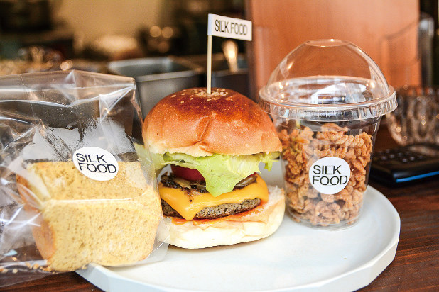 (写真左から)蚕を使ったシフォンケーキ、ハンバーガー、パスタスナック