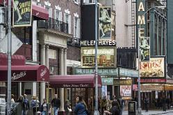 映画館や劇場が並ぶブロードウェー通り(Bloomberg)