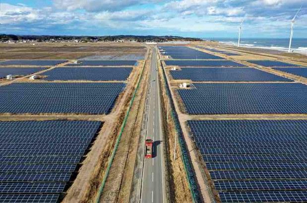 南相馬市の「南相馬真野右田海老太陽光発電所」。津波で浸水した約100㌶の土地に、22万枚を超える太陽光パネルが並ぶ。台風19号の影響で停止中だが、復旧への作業が続く。県は原発事故後再生可能エネルギーの導入を進め、県内電力消費量に対し、18年度は再エネ導入量が77㌫相当になった=南相馬市で20年1月30日、手塚耕一郎撮影