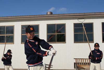 農具「レーキ」を使った練習をする帯広農の選手たち=北海道帯広市で2020年1月25日、貝塚太一撮影-photo