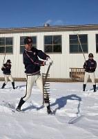 農具「レーキ」を使った練習をする帯広農の選手たち=北海道帯広市で2020年1月25日、貝塚太一撮影