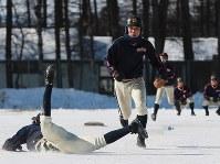 氷点下10度を下回る中、凍ったグラウンドで練習する帯広農の選手たち=北海道帯広市で2020年1月25日、貝塚太一撮影