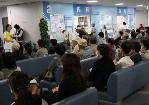 「新型インフルエンザ」が流行していた当時の混雑する病院の外来待合室=2009年11月