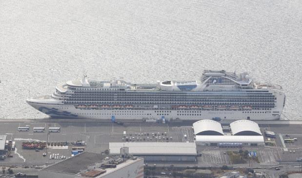 船内から新型コロナウイルスの感染者が多発したクルーズ船「ダイヤモンド・プリンセス」=横浜市鶴見区で2020年2月22日、横浜港で本社ヘリから