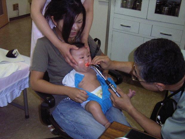 かぜの子供を診療する医師