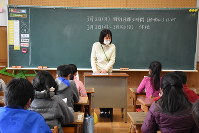 A homeroom teacher at Aoi Elementary School in the city of Shizuoka, central Japan, explains to her class about the school closure on Feb. 28, 2020, following Prime Minister Shinzo Abe's Feb. 27 request to cancel all classes in Japan from March 2 until spring break. (Mainichi/Yukina Furukawa)