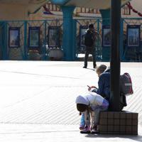 臨時休園となり閑散とする東京ディズニーシーの入り口=千葉県浦安市で2020年2月29日午前9時38分、宮武祐希撮影