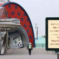 臨時休園となり閑散とする東京ディズニーランドの入り口=千葉県浦安市で2020年2月29日午前8時20分、宮武祐希撮影