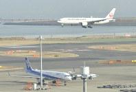 Japan Airlines and All Nippon Airways planes are seen at Haneda International Airport in Tokyo on Jan. 14, 2020. (Mainichi/Munehisa Ishida)