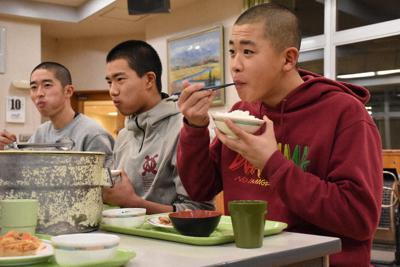 寮の食堂で夕飯を食べる野球部員=帯広市で2020年2月10日午後6時31分、高橋由衣撮影