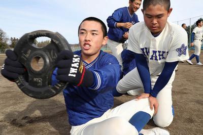 筋力トレーニングに励む磐城の選手たち=福島県いわき市で2020年1月25日、宮武祐希撮影-photo