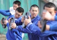 筋力トレーニングに励む磐城の選手たち=福島県いわき市で2020年1月25日、宮武祐希撮影