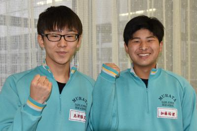 先輩の活躍に喜びと期待を語る島津陽久さん(左)と加藤佑理さん=宮城県村田町で