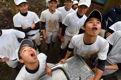 休憩前に念入りにうがいをする加藤学園の選手たち=静岡県沼津市で2020年2月2日、宮間俊樹撮影-photo