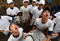 休憩前に念入りにうがいをする加藤学園の選手たち=静岡県沼津市で2020年2月2日、宮間俊樹撮影