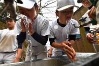 感染症予防のため、休憩前に念入りに手洗いとうがいをする加藤学園の選手たち=静岡県沼津市で2020年2月2日、宮間俊樹撮影