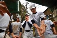 感染症予防のため、休憩前に念入りに手を洗う加藤学園の選手たち=静岡県沼津市で2020年2月2日、宮間俊樹撮影