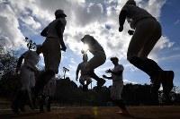 トレーニングでジャンプする加藤学園の選手たち=静岡県沼津市で2020年2月2日、宮間俊樹撮影