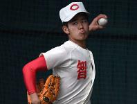 投球練習をする智弁学園の西村王雅=奈良県五條市で、山崎一輝撮影