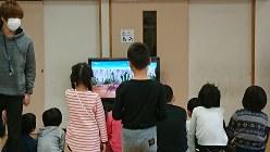 政府の要請で小学校が臨時休校となり、学童保育所でアニメをみて過ごす子どもたち=2020年3月2日、八王子市明神町の第四小学童保育所で