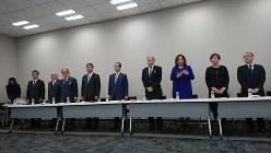 2月17日、和田勇・積水ハウス前会長兼CEO(左から6番目)ら11人が積水ハウスに対し、取締役選任とガバナンス(企業統治)改善に向け、都内で記者会見を行った。勝呂文康・積水ハウス専務執行役員(左から5番目)、クリストファー・D・ブレイディ氏(チャートグループCEO、右から4番目)、パメラ・ジェイコブス氏(スパウティング・ロック・アセット・マネジメント、右から3番目)らも出席