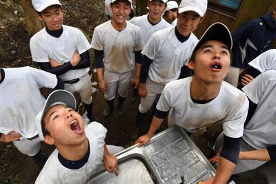 感染症予防のため、休憩前に念入りにうがいをする加藤学園の選手たち=静岡県沼津市で、宮間俊樹撮影