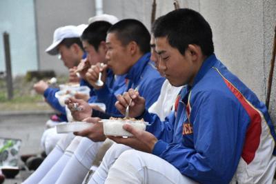 補食を食べて体作りに励む選手たち=群馬県みどり市の桐生第一高グラウンドで