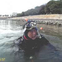 お台場海浜公園近くの海で水中生物を探す須賀次郎さん=2019年2月撮影(須賀さん提供)