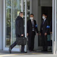 広島地検がある広島法務総合庁舎に入る立道浩容疑者(左から2人目)=広島市中区で2020年3月3日午前9時2分、平川義之撮影