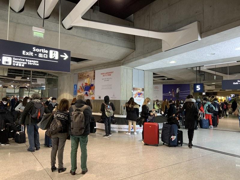 シャルル・ドゴール空港の手荷物受取所ではマスクを着用した西洋人らの姿も=2020年2月26日、筆者撮影