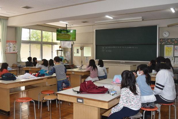 奈良県天理市立朝和小の学童保育所では、一部の児童が小学校の教室も利用して過ごした=同小で2020年3月2日午前、廣瀬晃子撮影