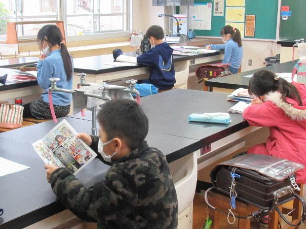 自習室で自習をする児童ら=さいたま市浦和区の北浦和小学校で2020年3月2日午前10時18分、鷲頭彰子撮影