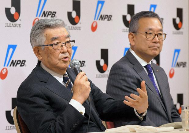 記者会見で「新型コロナウイルス対策連絡会議」設立を発表する日本野球機構(NPB)の斉藤惇コミッショナー(左)とJリーグの村井満チェアマン=東京都内のホテルで2020年3月2日午後、手塚耕一郎撮影