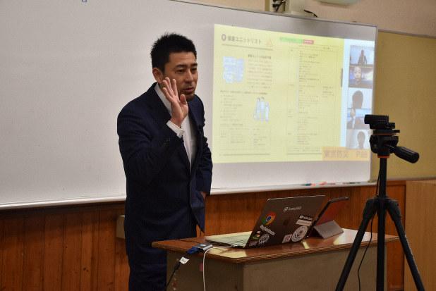 カメラの前で授業をする矢野充博教諭=和歌山市吹上1の和歌山大教育学部付属中学校で2020年3月3日午前、後藤奈緒撮影