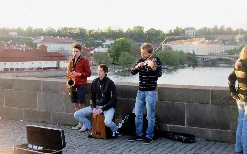 プラハのカレル橋の上で演奏する若者3人組(写真は筆者撮影)