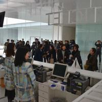 券売機を増やし、「TICKET」の表示を新たに設置した総合受付=金沢市広坂1の金沢21世紀美術館で